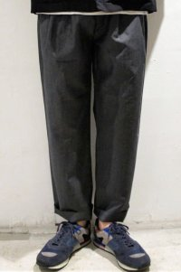 STILL BY HAND WOOL LINEN 4 TUCK EASY SLACKS(CHARCOAL)
